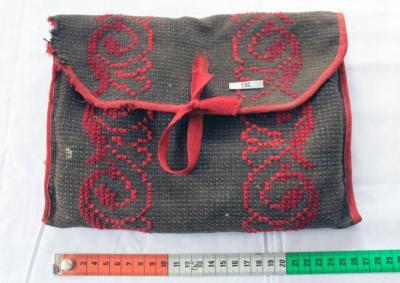 väska av korsstygnsbroderier